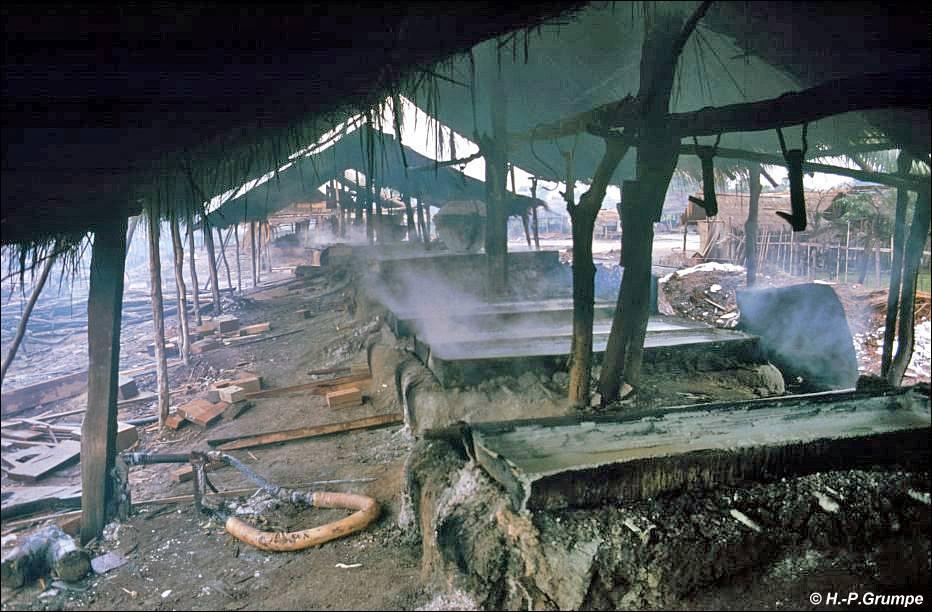 Ban Keun Laos  City new picture : In Pfannen wird durch Verdampfen des Wassers eines nahegelegenen ...
